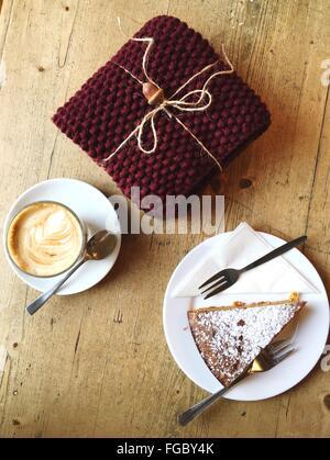 High Angle View Of Kuchen und Kaffee mit Geschenk auf Tisch - Stockfoto