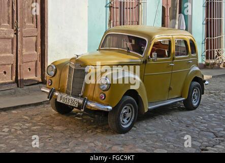 Alten gelben Ford geparkt auf gepflasterte Straße, alte Trinidad, Kuba - Stockfoto