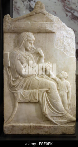 Klassische Grabdenkmäler. 500-400 V. CHR.. Stele. Frau mit ihrer kleinen Tochter. ca. 12:00. Gortyne. Kreta. Marmor. - Stockfoto