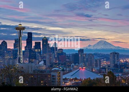 Wolken bei Sonnenaufgang über der Stadt Seattle und dem berühmten Wahrzeichen der Space Needle, Washington State, - Stockfoto