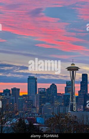 Bunte rote Sonnenaufgang über der Skyline von Seattle und der Space Needle Wahrzeichen, Washington State, USA - Stockfoto