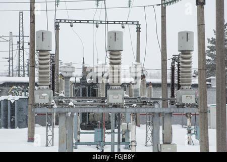 Hohe Spannung Strom Umspannwerk in Wintertag - Stockfoto