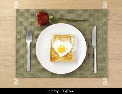Ei auf Toast Liebe Abendessen - Stockfoto