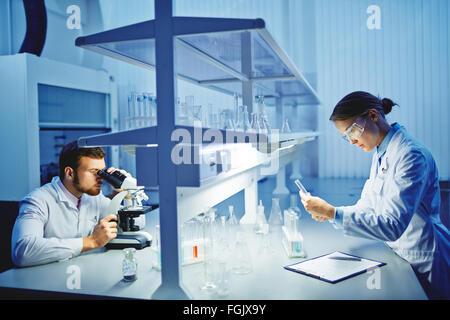 Junge Ärzte, wissenschaftliche Recherchen - Stockfoto
