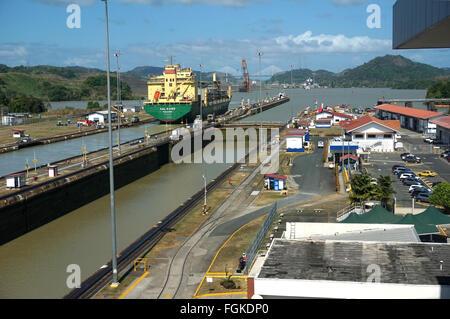 Container-Schiff an den Panamakanal Miraflores Schleusen - Stockfoto