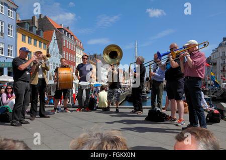 Die beliebte Straßenumzug und dem traditionellen Jazz band der Orion-Brass-Band in Nyhavn während das Copenhagen - Stockfoto