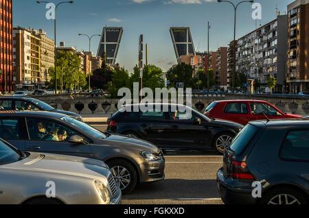 Ansicht des Autos in eine Brücke der Castellana Straße, Stadt Madrid, Spanien - Stockfoto