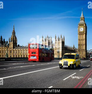 LONDON - 12. April 2015: London-Bus und traditionelle Taxi mit Big Ben am 12. April 2015 in London, England. - Stockfoto