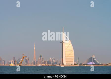 Skyline von Dubai Waterfront mit Burj al Arab Hotel in Vereinigte Arabische Emirate - Stockfoto