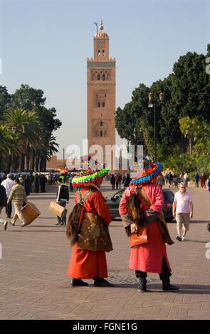 Marrakesch, Marokko - 21 Januar: Traditionelle Wasser Verkäufer Spaziergänge durch die Straßen von Marrakesch am - Stockfoto