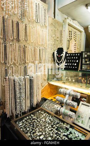 Hong Kong China Stanley Market berühmten Einkaufszentrum für Touristen mit Perlen Schmuck zum Verkauf - Stockfoto