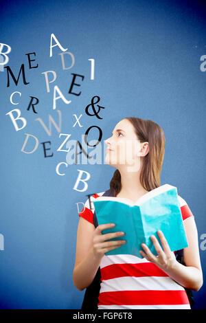 Zusammengesetztes Bild der Schüler lesen Buch in Bibliothek - Stockfoto