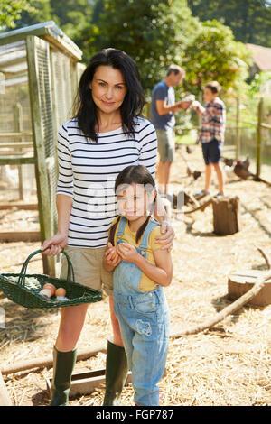 Porträt-Mutter und Tochter mit Korb mit frischen Eiern außerhalb Hühnerstall - Stockfoto