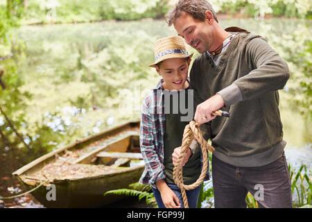 Vater Sohn beizubringen, wie man einen Seil Knoten zu binden - Stockfoto