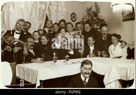 Menschen, Hochzeit, private Familientreffen mit Brautpaar (, Mitte rechts), an der weiß gedeckten Tisch sitzen, - Stockfoto