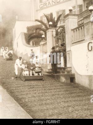 Geographie / Reisen, Portugal, Insel Madeira, Menschen, Touristen werden in einem Schlitten auf der Straße geschoben, - Stockfoto