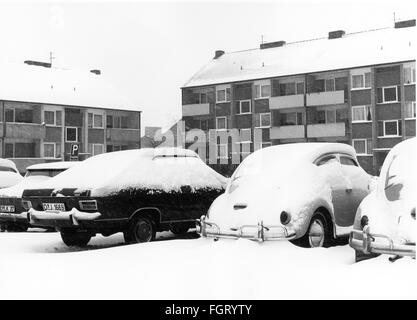 Jahreszeit, Winter, verschneite Autos, Nordrhein-Westfalen, 1970er Jahre, Additional-Rights - Clearences-NA - Stockfoto