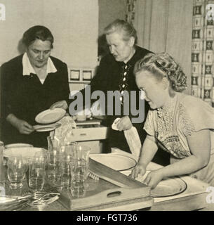 Haushalt, Hausfrauen in der Küche, drei Frauen, private Foto, Deutschland, ca. 1956,- Additional-Rights Clearences - Stockfoto