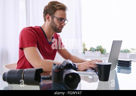 Junge kaukasischen Bild-Enthusiasten bei der Arbeit - Stockfoto