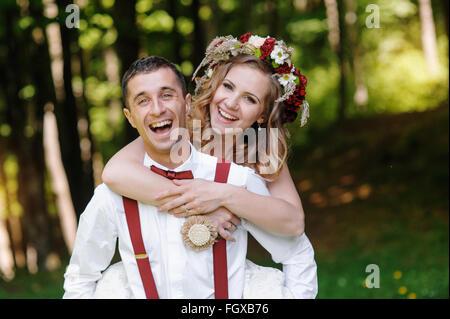 Braut und Bräutigam bei der Hochzeit Tag zu Fuß im Freien auf Frühlingspark - Stockfoto