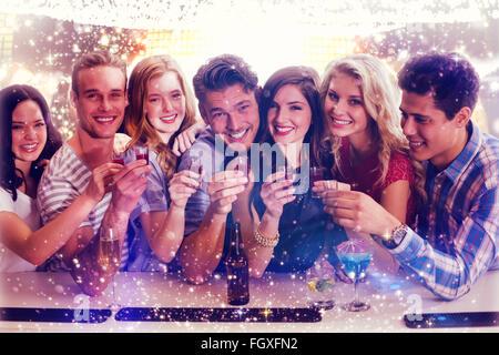 Zusammengesetztes Bild von Freunden mit Getränken - Stockfoto
