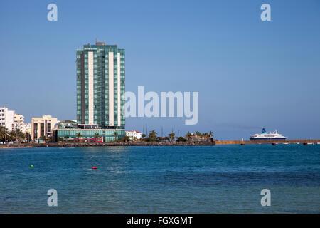 Playa del Reducto, Promenade und Arrecife Gran Hotel Arrecife Stadt, Insel Lanzarote, Kanarische Inseln, Spanien, - Stockfoto