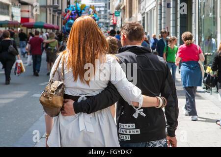 junges Paar Mann Frau Arm in Arm die walking street - Stockfoto