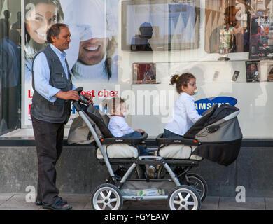 Vater Vater Kind Kinder Zwillinge twin Mädchen buggy - Stockfoto