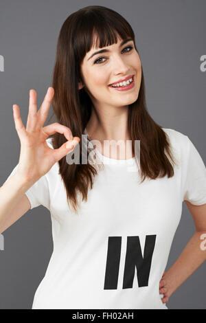 Junge Frau Unterstützer tragen bedruckt mit Slogan-T-Shirt - Stockfoto