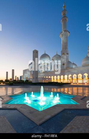 Nachtansicht der Scheich-Zayid-Moschee in Abu Dhabi Vereinigte Arabische Emirate - Stockfoto