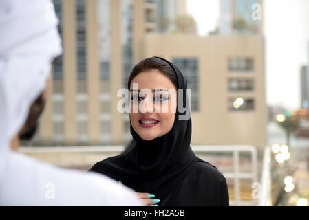 Arabische paar junge Emiratis sprechen durch den Kanal - Stockfoto