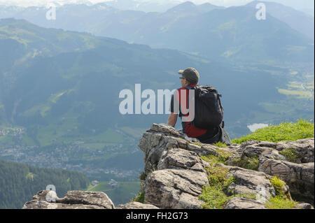 Männliche Wanderer genießen die Aussicht vom Gipfel des Kitzbüheler Horn. Kitzbüheler Alpen. Tyro. Österreich. Europa - Stockfoto