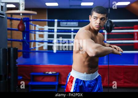 Boxer in der Nähe von Boxring Aufwärmen - Stockfoto