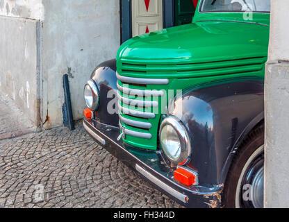 Warschau, Polen - 4. Januar 2016 Classic Chevrolet Pickup-Truck in Powale 25 Straße in der Warschauer Altstadt mit - Stockfoto