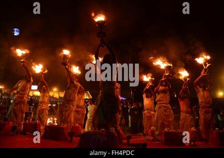 Allahabad, Uttar Pradesh, Indien. 24. Februar 2016. Allahabad: Priester drehen traditionellen Öllampen als sie Durchführung - Stockfoto