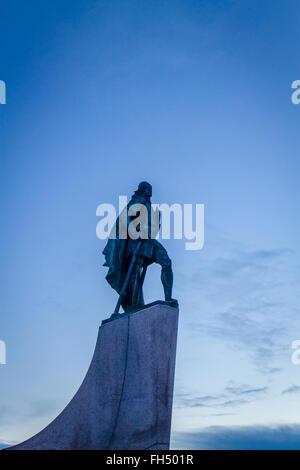 Statue von Leif Eriksen, die Entdeckung Amerikas außerhalb der Hallgrimskirka-Kirche in Reykjavik, Island - Stockfoto
