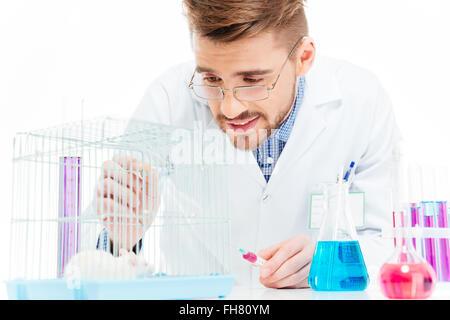 Männliche Wissenschaftler Experimente mit Ratten im Labor - Stockfoto
