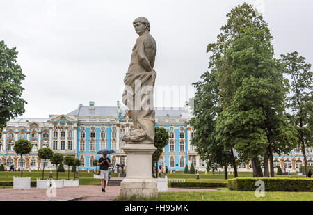 RUßLAND; Sankt-PETERSBURG-Juli 10-Katharinenpalast in Tsarskoye Selo im Regen am 10. Juli; 2015 in St. Petersburg - Stockfoto