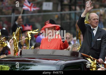 Königin Elizabeth II, begleitet von Prinz Phillip, Reisen in einem offenen Auto entlang der Mall in Richtung Buckingham - Stockfoto