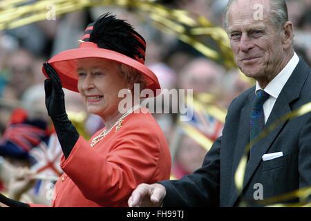 Königin Elizabeth II, begleitet von Prinz Phillip, Reisen in einem offenen Auto entlang der Mall in Richtung Buckingham Palace, wo ein besonderes Schauspiel markieren ihr goldenes Jubiläum stattfand. Feierlichkeiten fanden statt im Vereinigten Königreich mit dem Herzstück einer Parade und Feuerwerk am Buckingham Palace, London Wohnsitz der Königin. Queen Elizabeth bestieg den britischen Thron 1952 nach dem Tod ihres Vaters, König George VI.