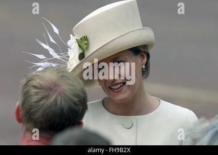 Die Gräfin von Wessex grüßt Gratulanten auf einen Rundgang in der Mall vor einer besonderen Festzug Kennzeichnung - Stockfoto