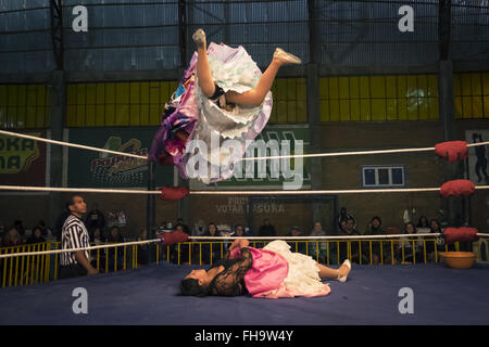 Zwei Frauen kämpfen in den Ring Ringen in El Alto. - Stockfoto