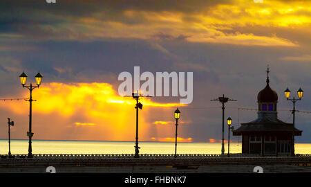 Blackpool, Lancashire, UK. 24. Februar 2016. Einen wunderschönen Sonnenuntergang über Blackpool North Pier nach - Stockfoto