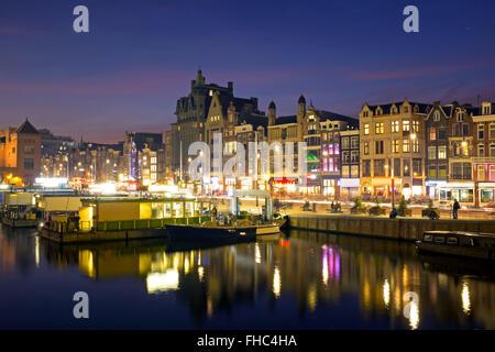 malerische stadt von amsterdam in den niederlanden mit dem hauptbahnhof in der nacht stockfoto. Black Bedroom Furniture Sets. Home Design Ideas