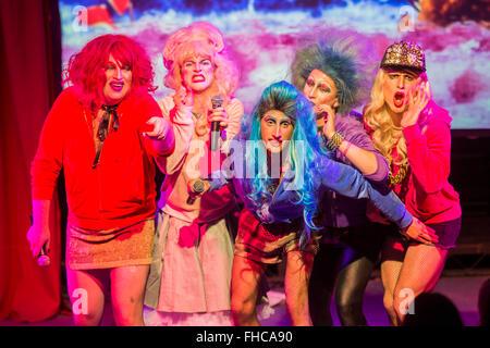 London, UK. 24. Februar 2016. Denim, gründete ein Cambridge Singspiel Drag-Truppe, die letzten Sommer durchgeführt - Stockfoto
