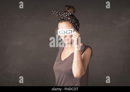 Glückliches Mädchen mit Hand gezeichnet Papier Brillen - Stockfoto