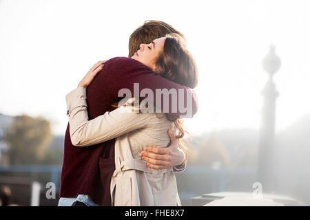 Deutschland, Berlin, junges Paar, umarmen - Stockfoto