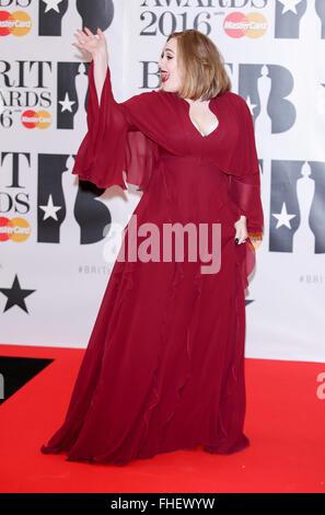London, UK. 24. Februar 2016. Adele kommt bei den BRIT Awards in der O2 Arena in London, England, am 24. Februar - Stockfoto