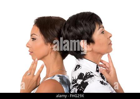 Portrait der glücklichen Mutter und Tochter im Profil auf weißem Hintergrund. Familie, Beziehung, Liebe, Zuneigung. - Stockfoto