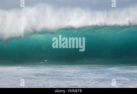 Perfekte Riesenwelle in Pipeline, Ehukai Beach, North Shore von Oahu, Hawaii, USA - Stockfoto